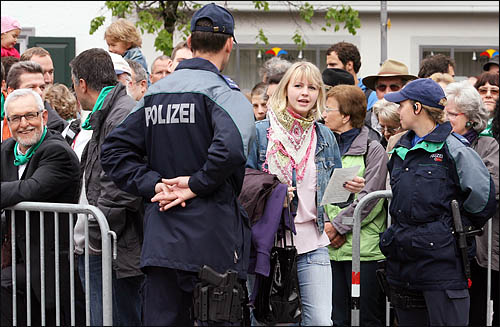 스위스 글라루스주의 주민들이 모두 모여 투표권을 행사하는 란쯔게마인데 현장엔 투표권을 가지고 있다는 주민 증명서를 내보여야 입장할 수 있다. 광장 입구에서 출입을 통제하고 있는 경찰 너머로, 스위스 직접민주주의의 상징으로 자리잡은 란쯔게마인데를 구경하기 위해 타지역에서 온 주민들도 보인다.