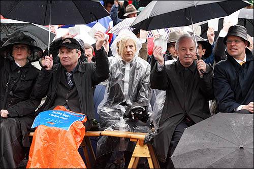 스위스의 경우, 여성들의 참정권은 1971년 이후에나 비로소 생겼다고 한다. 2일 글라루스 란쯔게마인데 현장에 참여한 한 여성이 우산도 접은 채 소중한 한표를 행사하고 있다.