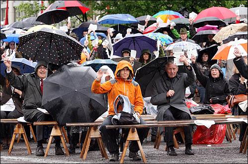 스위스 글라루스주의 주민들이 모두 모여 투표권을 행사하는 란쯔게마인데 현장. 비가 오는 궂은 날씨에도 2일 주민총회에 참석한 글라루스 주민들이 형형색색의 우산을 받쳐든 채 끝까지 자리를 지키고 있다.