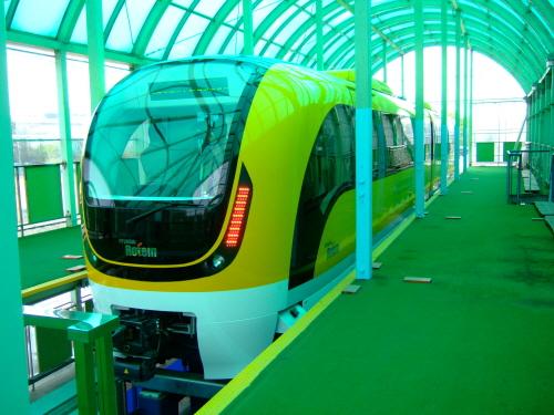 플랫폼에 대기중인 도시형 자기부상열차 시제차