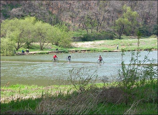 방화대교 북단, 자전거를 타고 하중보를 건너는 사람들. 마치 물 위를 달리는 것 같다.