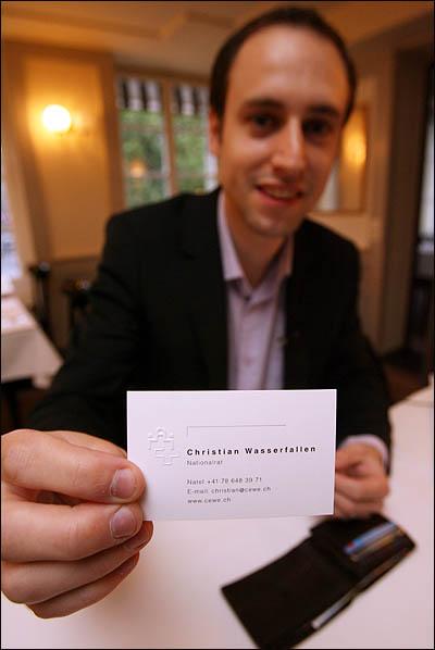 2007년부터 스위스 베른 주(州, Cantons)의 한 지역을 대표해 하원에서 의정활동을 펼치고 있는 자유민주당(FDP) 소속 연방의원 크리스천 와서펠른(Christian Wasserfallen, 29) 의원에게는 금배지도, 보좌관도 없다. 지갑에서 꺼내 보여준 명함에도 의원 전화번호, 이메일과 홈페이지 주소만 있을 뿐이다.