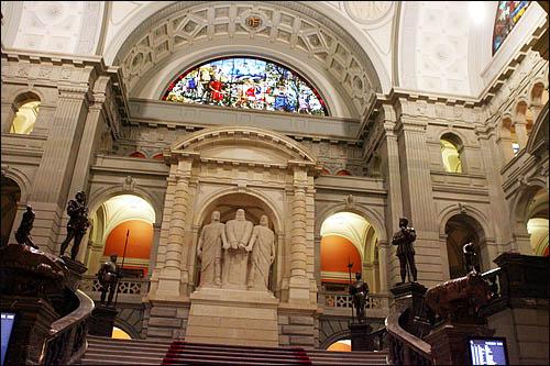 스위스 베른의 연방의회 건물 로비에는 14세기 처음으로 연방을 구성한 3개 주(州, Cantons) 대표들의 석상과 26개 주의 상징 등이 자리잡고 있다.