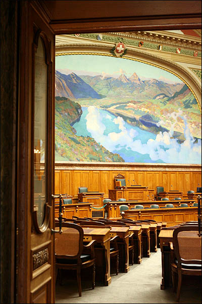 스위스 베른의 연방의회 본회의장은 산과 강, 하늘과 구름이 두둥실 떠있는 전원 풍경의 벽화가 걸려 있어, 권위적인 로고를 박아 놓은 우리 국회 본회의장과 느낌이 사뭇 다르다.