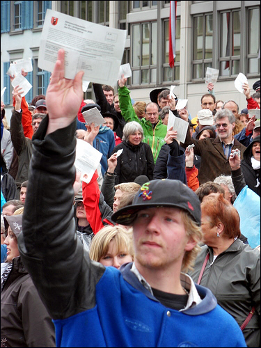 글라루스에서는 고등학생도 투표권이 있다 스위스 연방 투표권 연령 제한은 18세이지만, 글라루스 칸톤은 2007년 시민들이 지방 투표권 연령 제한을 16세로 낮추기로 결정했다. 지난 2일 글라루스 란츠게마인데 현장에서 한 고등학생이 진지한 모습으로 투표권을 행사하고 있다.