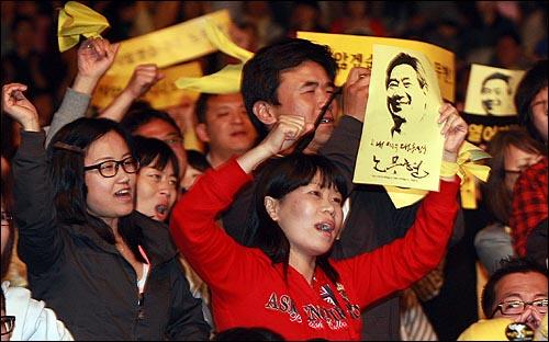 8일 밤 서울 구로구 성공회대학교 운동장에서 열린 '고 노무현 전 대통령 서거 1주기 추모 콘서트-파워 투 더 피플(Power to the People)'에서 시민들이 공연을 즐기고 있다.