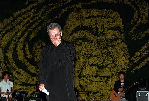 전 노사모 대표였던 배우 명계남씨가 8일 저녁 서울 구로구 성공회대학교 운동장에서 열린 '고 노무현 전 대통령 서거 1주기 추모 콘서트-파워 투 더 피플(Power to the People)'에서 노 전 대통령을 그리워하며 눈물을 흘리고 있다.