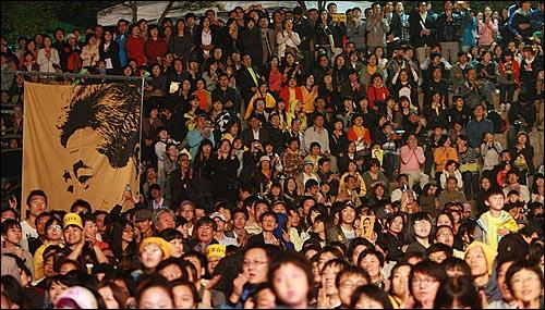8일 저녁 서울 구로구 성공회대학교 운동장에서 열린 '고 노무현 전 대통령 서거 1주기 추모 콘서트-파워 투 더 피플(Power to the People)'에서 수많은 시민들이 공연을 즐기고 있다.