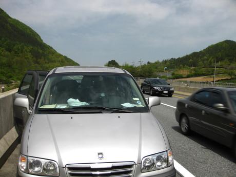 고속도로 갓길에 세운 차