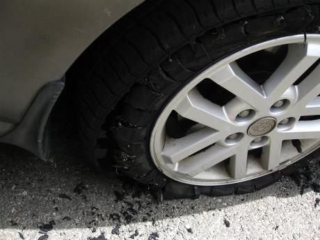 고속도로 위에서 터진 타이어