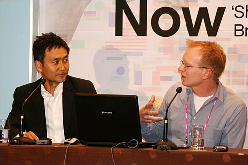 강태진 삼성 전무와 버트 데크렘 태퓰러스 대표는 스마트폰과 앱스토어 시장 전망을 놓고 활발한 의견을 주고 받았다.