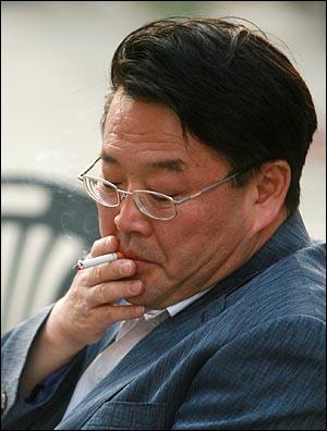 법원의 판결을 무시하고 전교조 등 교원단체 명단을 공개해서 강제이행금을 물게 된 한나라당 조전혁 의원이 13일 오후 서울 청계광장에서 자신을 돕기 위해 개최되는 콘서트를 앞두고 흡연이 금지된 청계광장에서 담배를 피우고 있다.