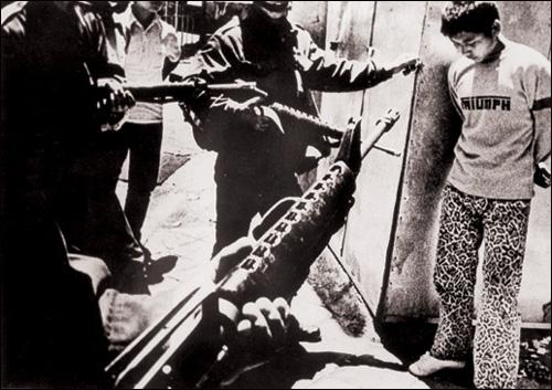 1980년 5월 27일 계엄군이 '충정작전'을 통해 전남도청을 다시 장악하면서 5.18은 막을 내렸다. 사진은 '충정작전'으로 체포된 시민군.