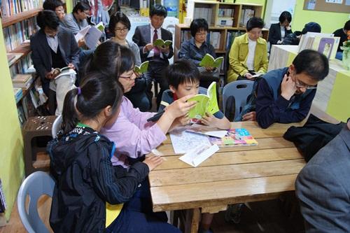 누나글 '엄마까투리의 사랑'을 읽고 있는 동생 권정생선생님 3주기 추모문집 '애국자가 없는 세상'의 조촐한 출판기념 행사에서 책 속의 누나글을 낭송하는 초등학생