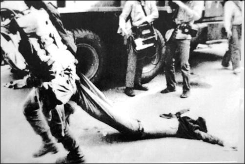 광주민주화운동 국민에게 총부리를 겨누고, 주검을 이토록 잔인하게 다루는 계엄군들이 과연 이 나라를 지키는 군인이었던가?