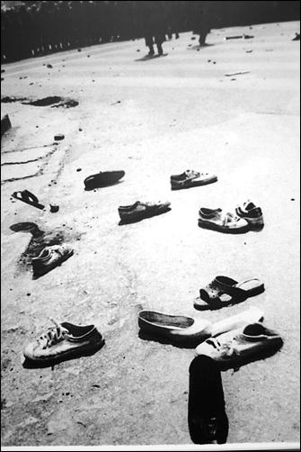 광주민주화 운동 벗들이 신발....80년대 시위현장에서 흔히 보던 광경이다.