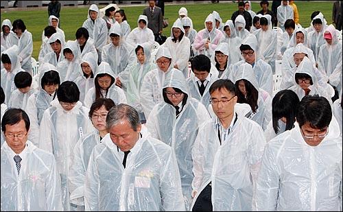 18일 오전 서울시청앞 서울광장에서 열린 '5.18 민중항쟁 제30주년 서울 행사 기념식'에서 참석자들이 묵념을 하고 있다.