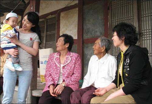 틈나는 대로 모여 이웃의 부러움을 사고 있는 팔공주네 5대. 가운데 양백순(76) 씨를 중심으로 왼편에 손녀 이혜영(31)씨와 증손자 정상혁(11개월)이 있고, 오른편으로 친정어머니 박수덕(97), 큰딸 윤숙희(55) 씨 이렇게 5대가 자리를 함께 했다.