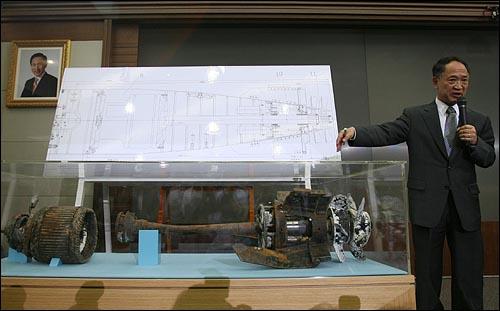 20일 오전 서울 용산구 국방부 대회의실에서 '천안함 침몰사건 조사결과'와 관련 민군 합동조사단 윤덕용 공동단장이 침몰원인에 대해서 설명하고 있다.