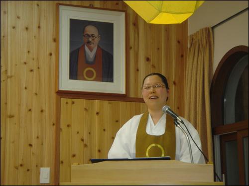 원불교 안덕교당 교무님 첫 인상이 참 좋았습니다. 교무님은 마음공부 열심히 하자고 설법 하셨습니다.