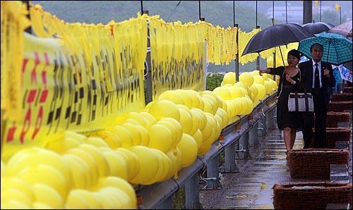 고 노무현 전 대통령 서거 1주기를 맞은 23일 오전 경남 김해시 봉하마을 노 전 대통령 묘역을 찾은 추모객들의 발길이 이어지고 있다.