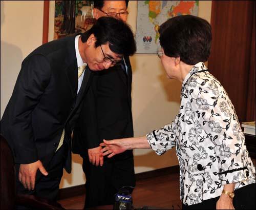 유시민 야4당 경기도지사 단일후보가 24일 오전 서울 동교동 김대중 도서관을 방문해 이희호 김대중평화센터 이사장과 인사를 나누고 있다.
