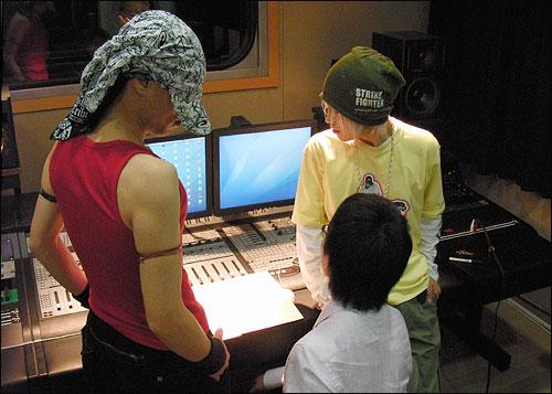 3인조 작곡팀 <상상소년>이 26일 젊은층의 투표를 독려하는 노래 'Back 2da Basic'(Back to the basic, 기본으로 돌아가자)을 발표했다. 사진은 <상상소년>이 작업하는 모습.