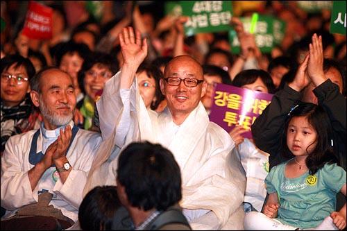 생명과 평화를 위한 콘서트 '강의 노래를 들어라'가 29일 밤 서울 강남구 봉은사 특설무대에서 열렸다. 봉은사 명진 스님이 참석자들을 향해 손을 흔들며 인사를 하고 있다.