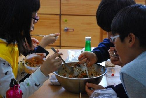 한 솥 모둠 비빔밥! 들과 산에 여기저기 나온 나물을 뜯어다 씻고 데쳐 나물비빔밥을 만들었다. 한 양푼 비볐는데 모두들 빈그릇이 되었다. 셋이 먹다 둘이 죽어도 모를 정도로 꿀맛이더라!