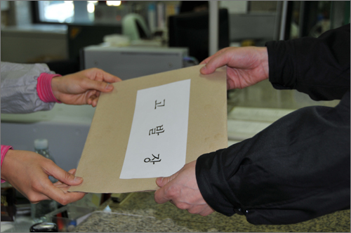 한나라당 정용기 대덕구청장 후보 측이 민주당 박영순 후보와 자유선진당 최충규 후보에 대한 고발장을 검찰에 제출하고 있다.