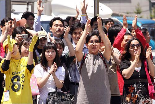 야권 단일후보인 유시민 국민참여당 경기도지사 후보가 1일 경기도 김포시청 앞에서 막판 총력전을 펼치자 지지자들이 연호하며 박수를 보내고 있다.