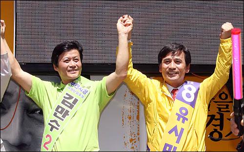야권 단일후보인 유시민 국민참여당 경기도지사 후보가 1일 경기도 부천역 광장에서 김만수 민주당 부천시장 후보와 합동유세를 펼치고 있다.