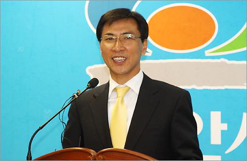 민주당 안희정 충남도지사 후보가 1일 오전 천안시청에서 선거운동을 마무리하는 기자회견을 하고 있다.