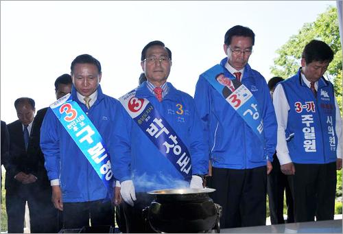 자유선진당 박상돈 후보는 1일 오전 아산 현충사를 방문, 충무공 이순신 장군의 영정에 분향했다.