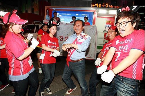 노회찬 진보신당 서울시장 후보가 1일 저녁 서울 명동입구에서 마지막 선거유세를 하며 선거운동원들과 함께 율동을 하고 있다.