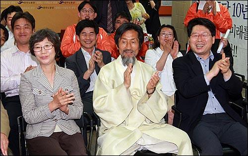강기갑 민주노동당 대표와 당직자들이 2일 저녁 서울 영등포구 문래동 민주노동당 당사에서 TV 모니터를 통해 KBS-MBC-SBS 방송 3사 출구조사 현황을 지켜보며 환호하고 있다.