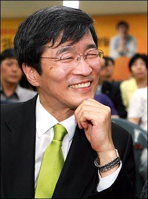 곽노현 서울시교육감 후보가 3일 새벽 서울 서대문구 선거사무실에서 지지자들고 함께 개표방송을 시청하던 중 기자들과 인터뷰를 하고 있다.