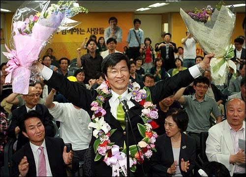 곽노현 서울시교육감 당선자가 3일 새벽 서울 서대문구 선거사무실에서 지지자들이 선물한 꽃다발을 받아 들고 활짝 웃고 있다.