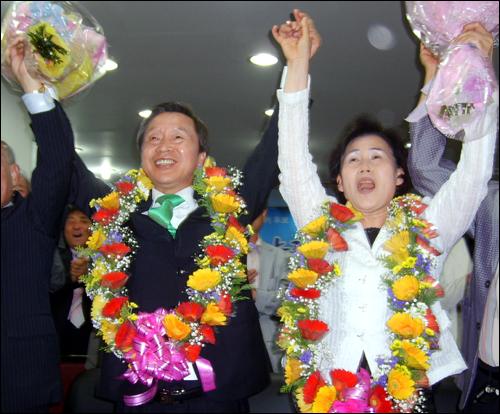 충남도교육감에 당선된 김종성 후보(왼쪽)