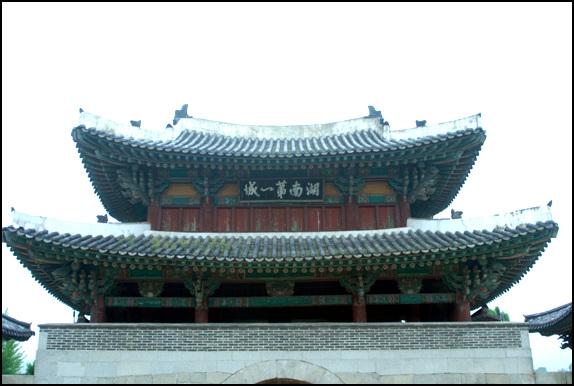 중층 누각 풍남문은 성곽 위에 중층 누각으로 꾸몄다.