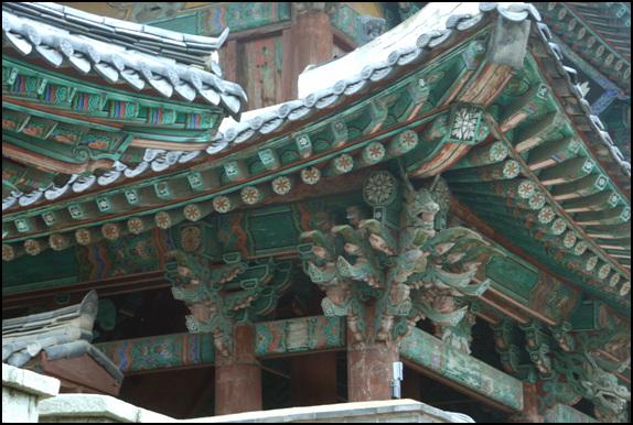 기둥 일층 의 모서리 기둥뒤로 희미하게 보이는 안 기둥. 이 기둥은 2층까지 하나로 연결이 되어있다.