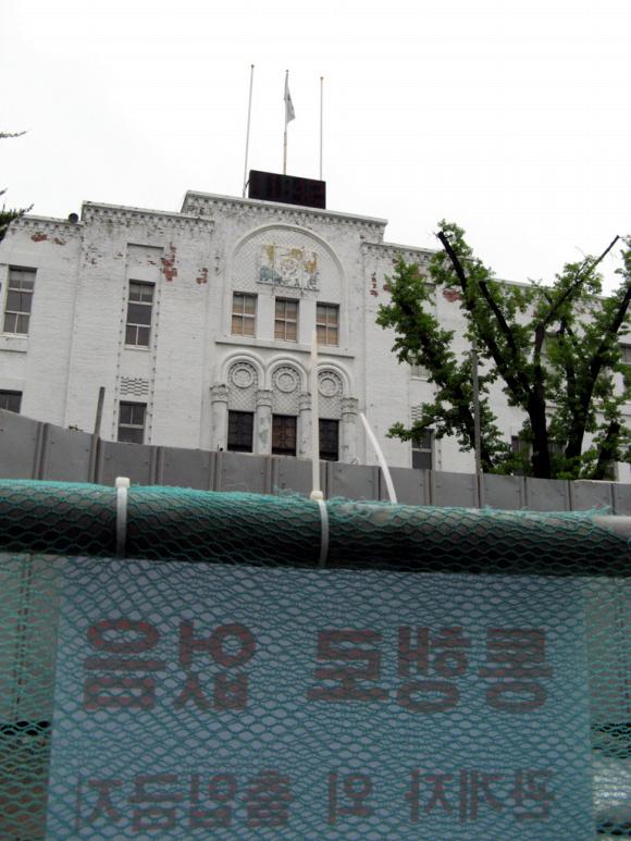 시민군의 최후보루였던 舊도청 별관부지에는 현재 아시아문화센터 공사가 한창이었다. 아시아문화센터가 '광주'의 의미를 범아시아적으로 확장시킬지, 문화라는 두루뭉실한 이름으로 희석시킬지는 두고 볼 일이다