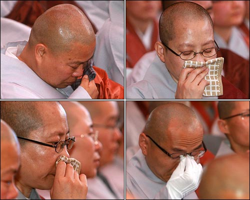 5일 저녁 서울 종로구 조계사에서 열린 '문수 스님 소신공양 국민추모제'에서 참석한 스님들이 눈물을 흘리고 있다.
