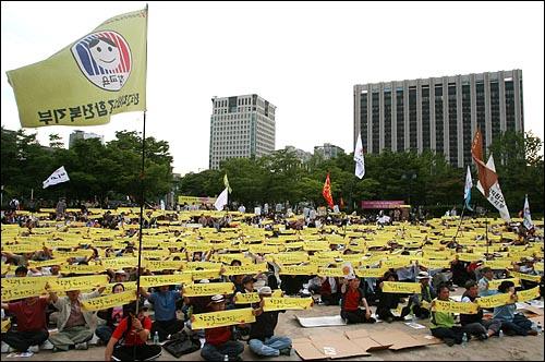 '교사대학살 중단 전교조 지키기 전국지회장 결의대회'가 5일 오후 교과부가 있는 서울 세종로 정부중앙청사 부근 시민열린마당에서 열린 가운데 참석한 교사들이 '참교육 지키겠습니다'가 적힌 손수건을 들고 있다.