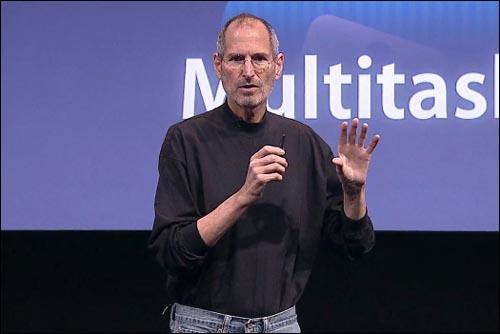지난 4월 8일(미 현지시각) 애플 아이폰 OS 4를 발표하고 있는 스티브 잡스 애플 CEO.(애플 중계 화면 갈무리)