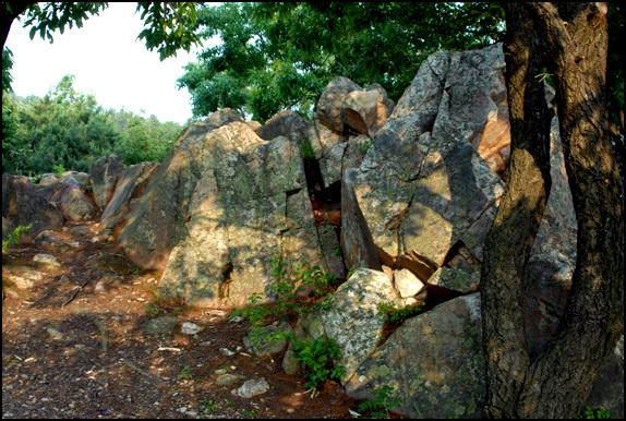 바위 만경대 위편에 있는 암석들. 이 근처가 남고산성 남장대가 있었을 것으로 추정된다