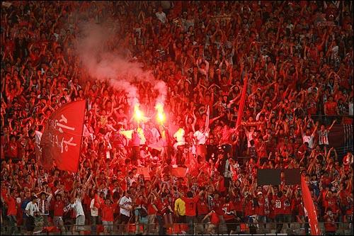지난 5월 16일 저녁 서울 상암월드컵경기장에서 열린 월드컵대표팀과 에콰도르의 평가전에서 붉은악마 응원단이 열띤 응원전을 펼치고 있다.