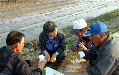 주민들과 대화를 나누고 있는 김명숙 군의원.