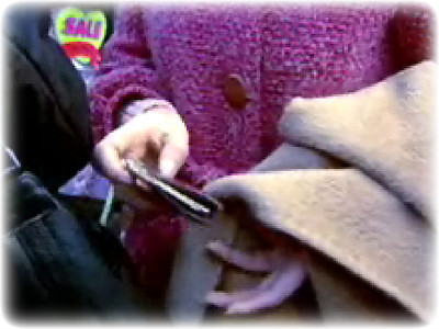 소매치기 장면 혼잡한 곳에서 빈번하게 발생하는 소매치기