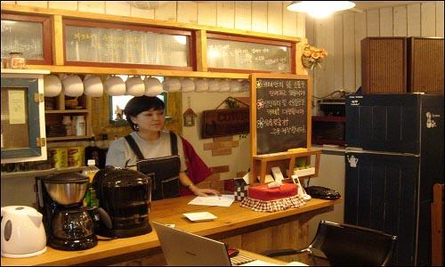 이은영간사 이한열 기념관의 이은영 간사가 기념관과 카페에 대해 설명해주고 있다.
